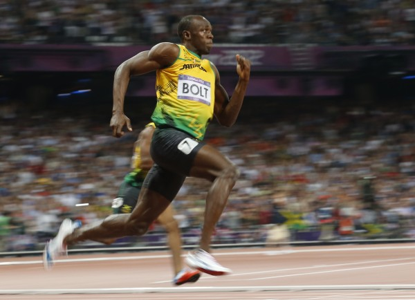 Jamaica's Usain Bolt runs and heads for the victory in the men's 200m final during the London 2012 Olympic Games at the Olympic Stadium August 9, 2012.    REUTERS/Stefano Rellandini (BRITAIN  - Tags: SPORT ATHLETICS OLYMPICS)