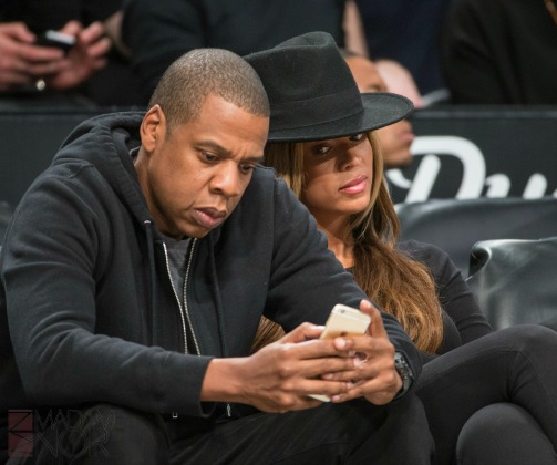 Beyonce-snooping-on-Jay-Z